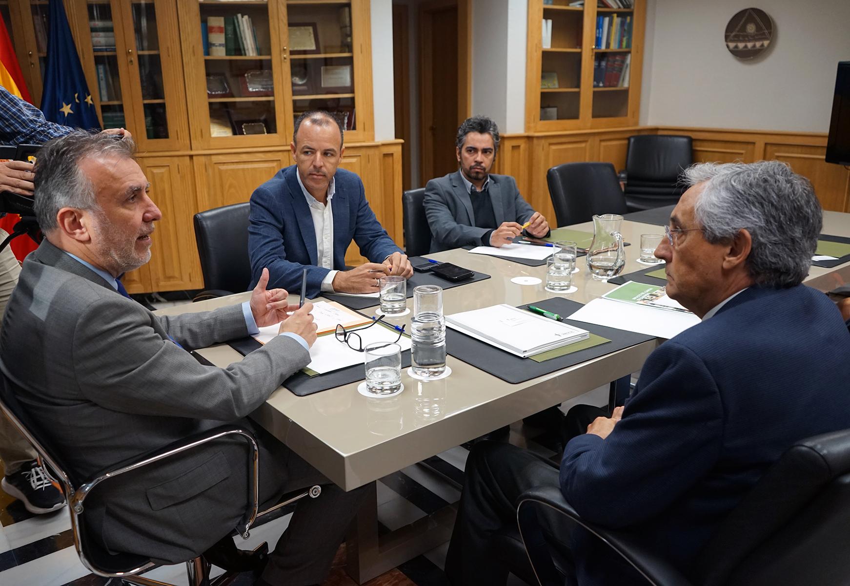 El presidente de Canarias recibe al presidente de la Asociación contra el Cáncer de Las Palmas