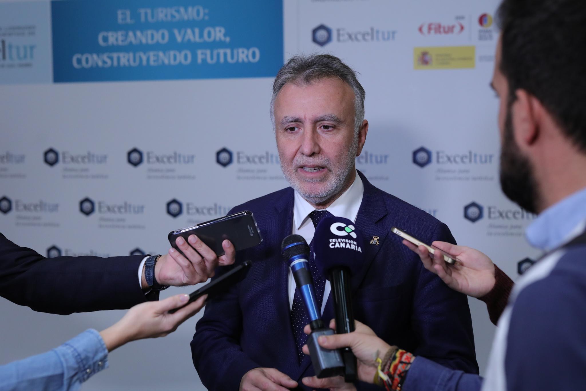 Ángel Víctor Torres atiende a los medios de comunicación