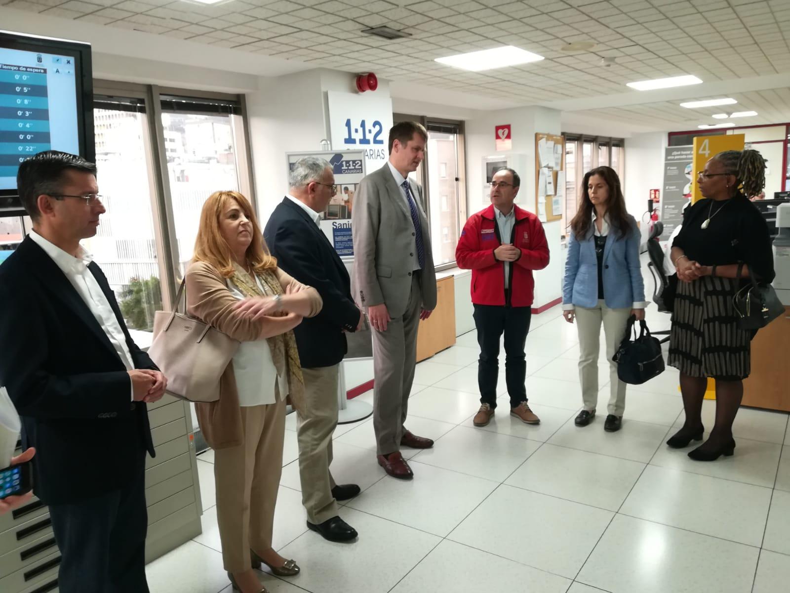 Visita del embajador británico al 112 Canarias