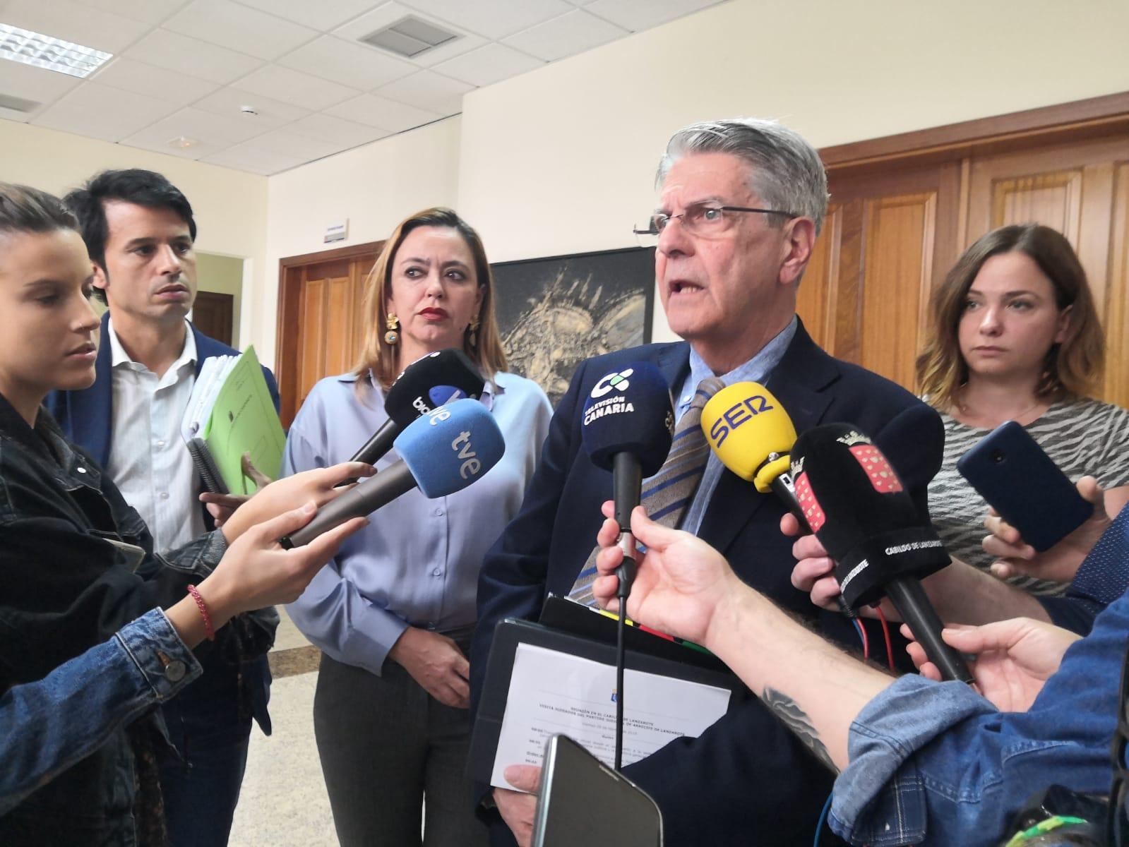 Julio Pérez a la salida de la reunión en el Cabildo de Lanzarote