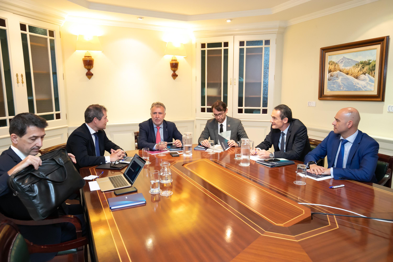 El presidente de Canarias analiza con directivos del BBVA el informe sobre la economía regional en 2020