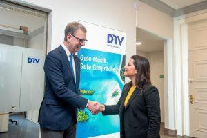 El presidente de la DRV saluda a Yaiza Castilla en Berlín con un apretón de manos.