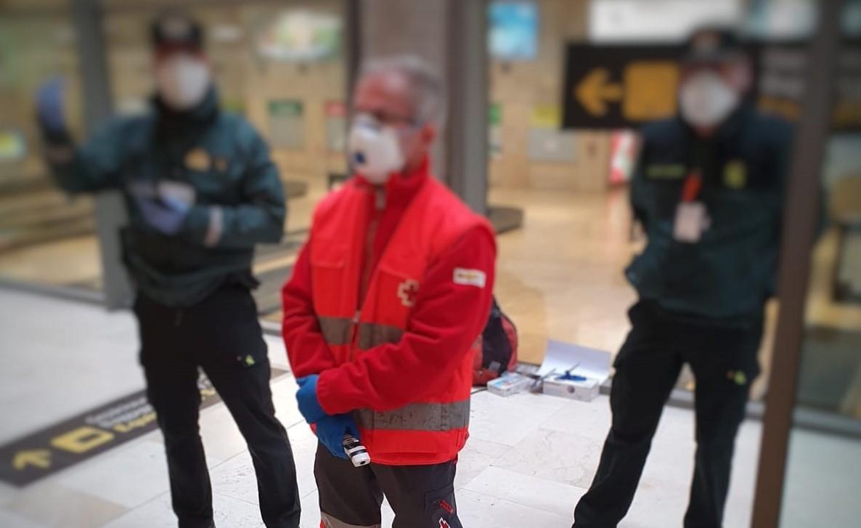 Control de Cruz Roja en un aeropuerto canario
