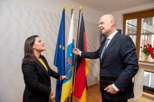 Yaiza Castilla fue recibida en el grupo TUI con la bandera de Canarias.