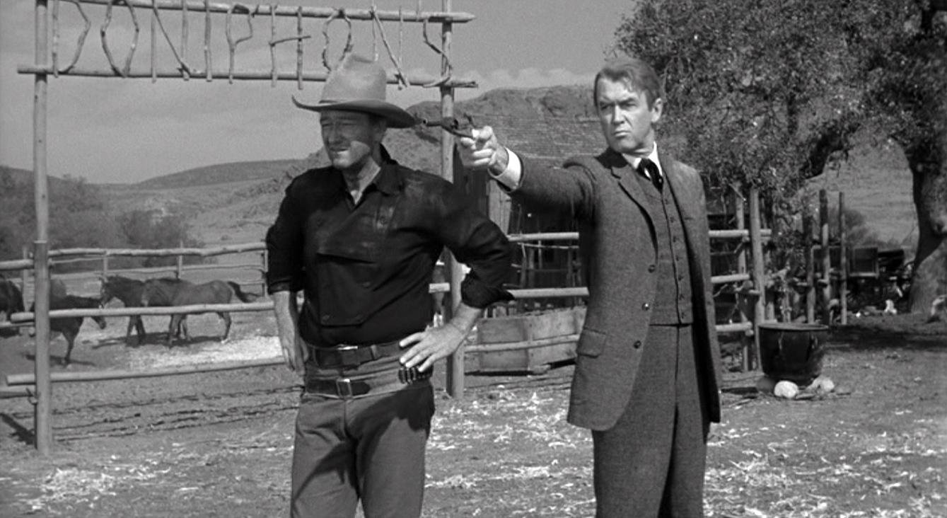 Fotograma de la película sobre Liberty Valance con Wayne y Stewart