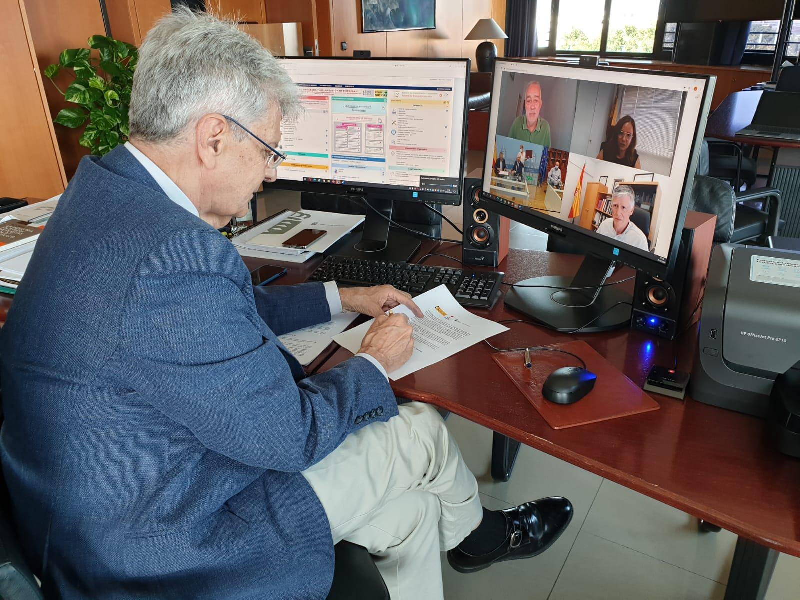 Julio Pérez en la firma de la adhesión de Canarias al Convenio en materia humanitaria e identificación de cadáveres