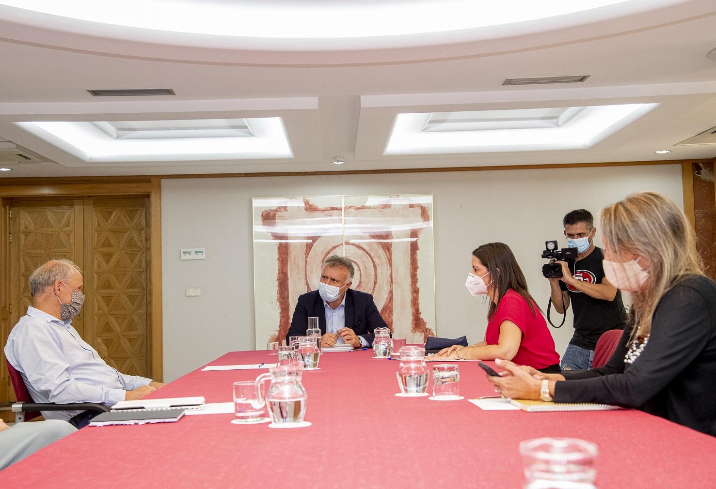 Ángel Víctor Torres y Yaiza Castilla reunidos con los responsables de TUI