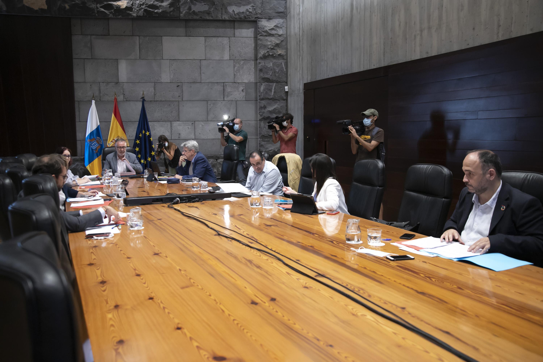 El Gobierno aprueba el uso de la mascarilla obligatoria en los espacios cerrados aunque se mantenga los 1,5 metros