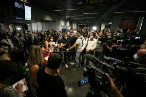 Yaiza Castilla atiende a los medios la llegada del vuelo de la OMT.