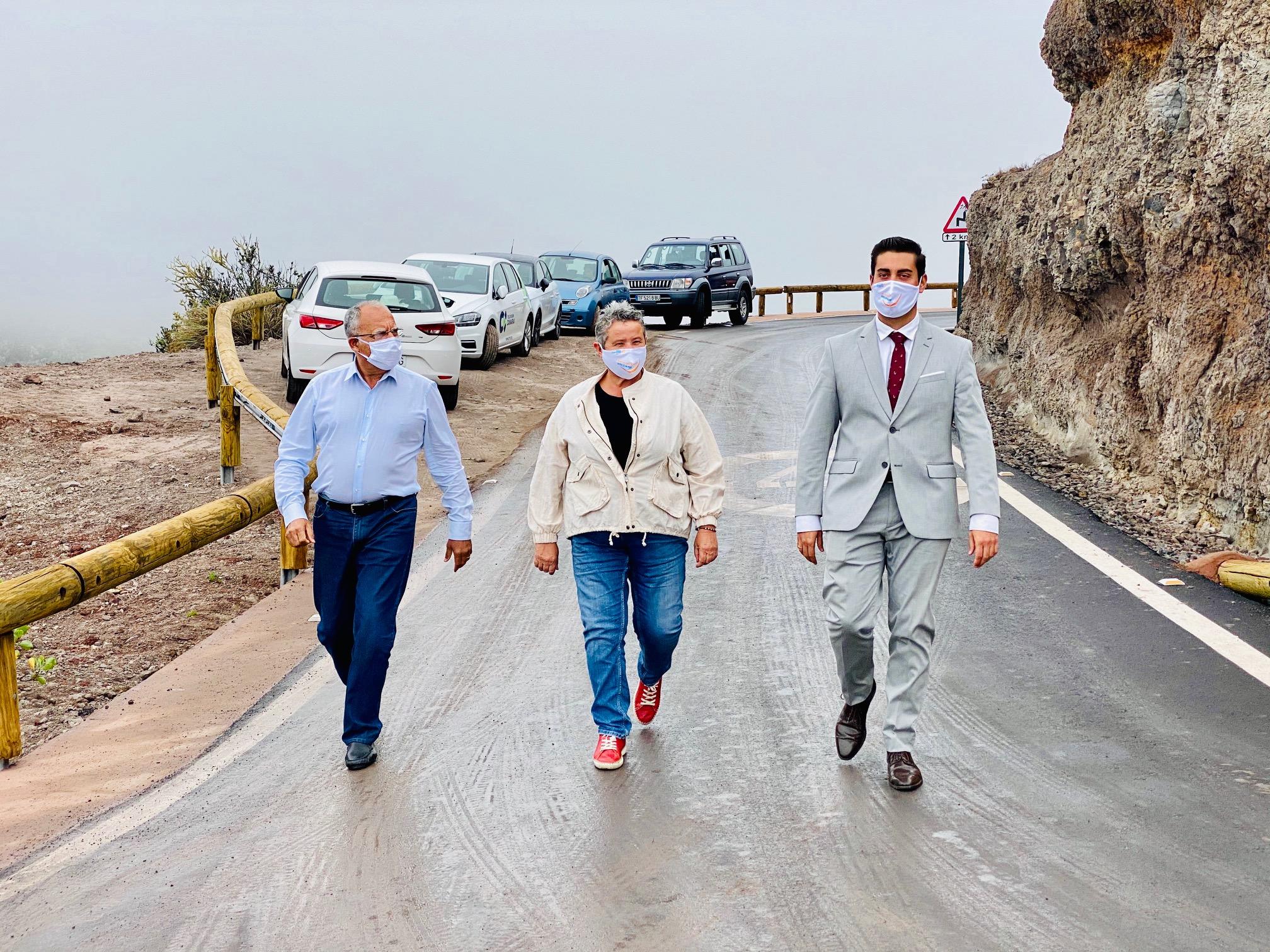 Casimiro Curbelo y Fernando Miñarro, junto a la alcaldesa de Agulo.