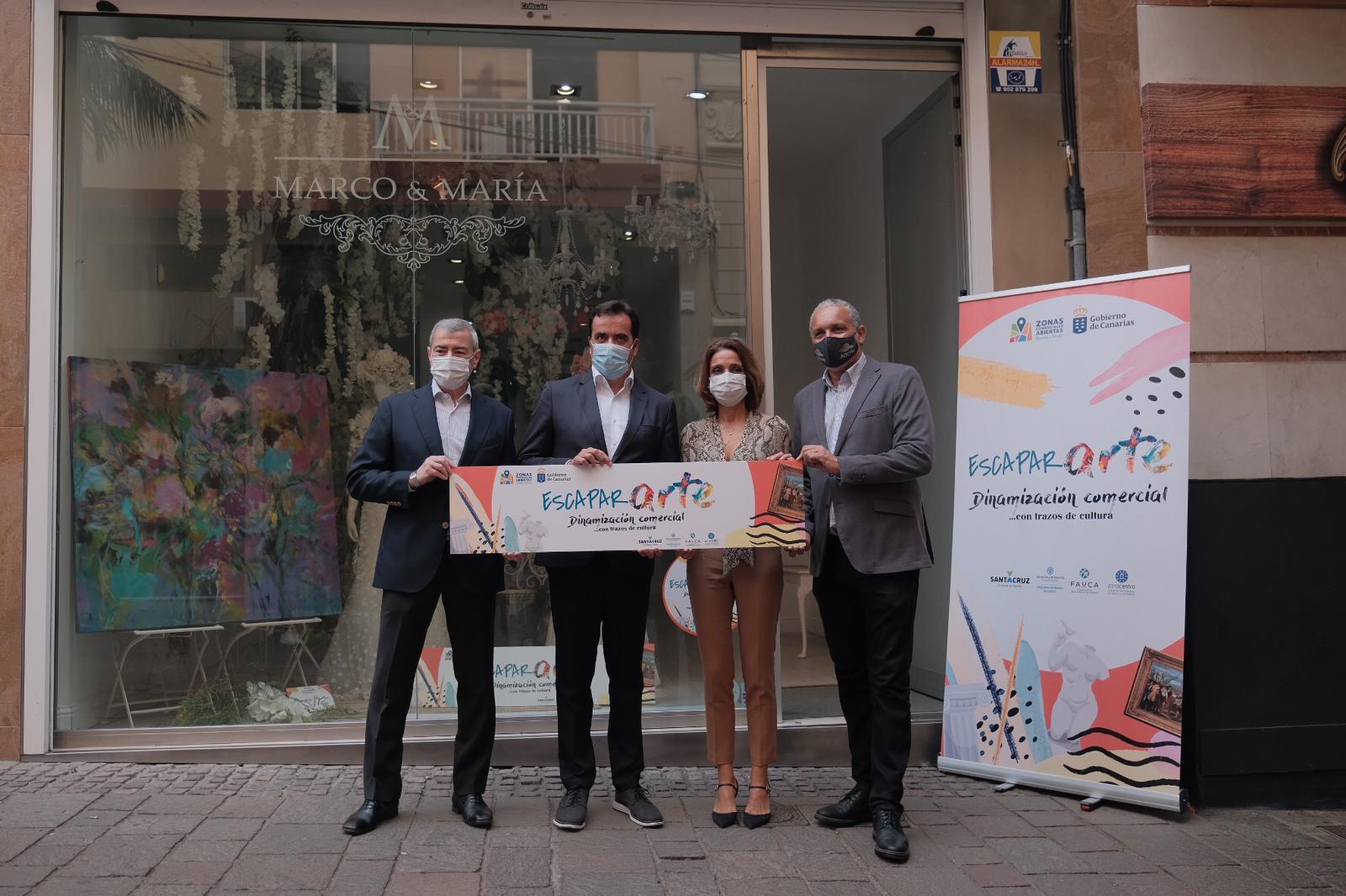 Comercio dinamiza el centro de Santa Cruz convirtiendo los escaparates en salas de arte e impulsando el consumo