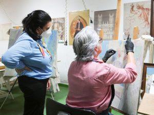 Visita de Nona Perera al taller de restauración de Amparo Caballero
