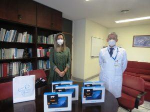 Momento de la entrega de las tablets en el Hospital Dr. Negrín