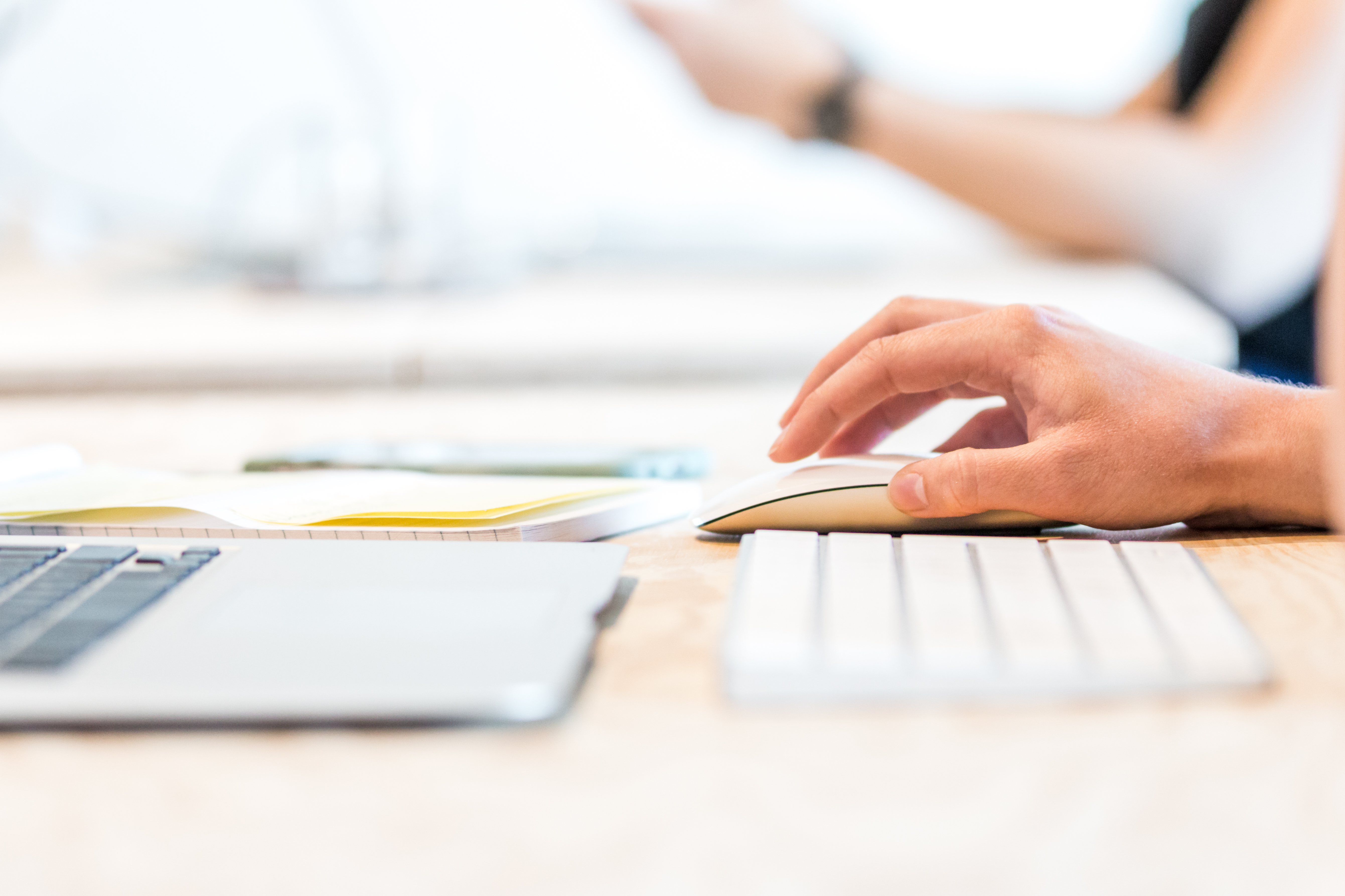 Una persona estudia con un ordenador