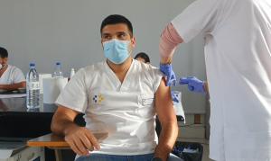 Facultativo vacunándose contra la COVID-19