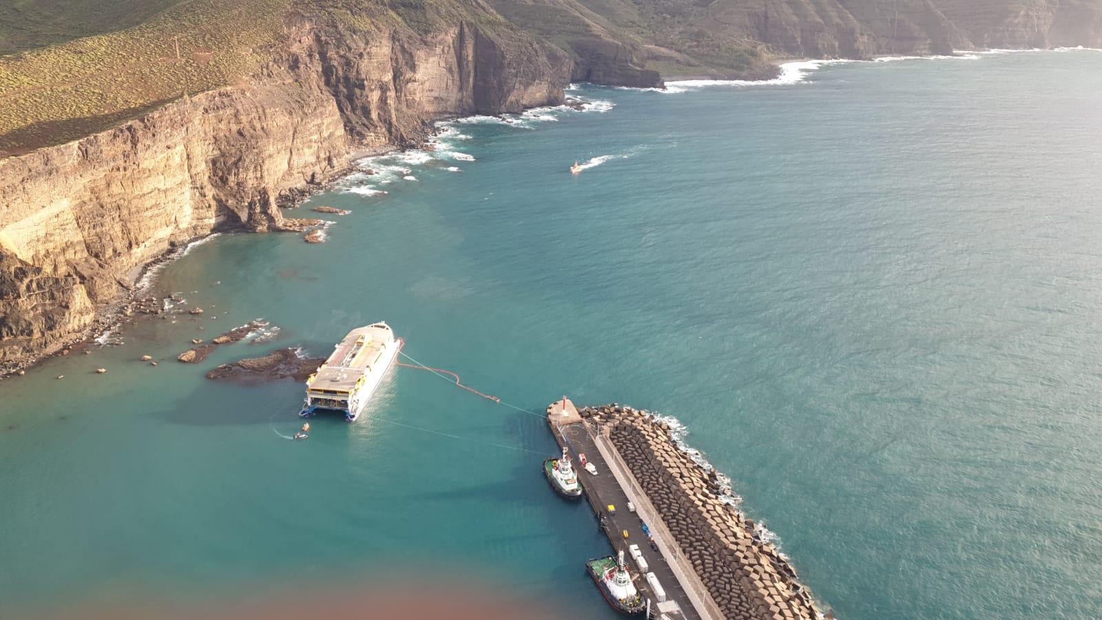 Ferry Bentago Express en el puerto de Las Nieves