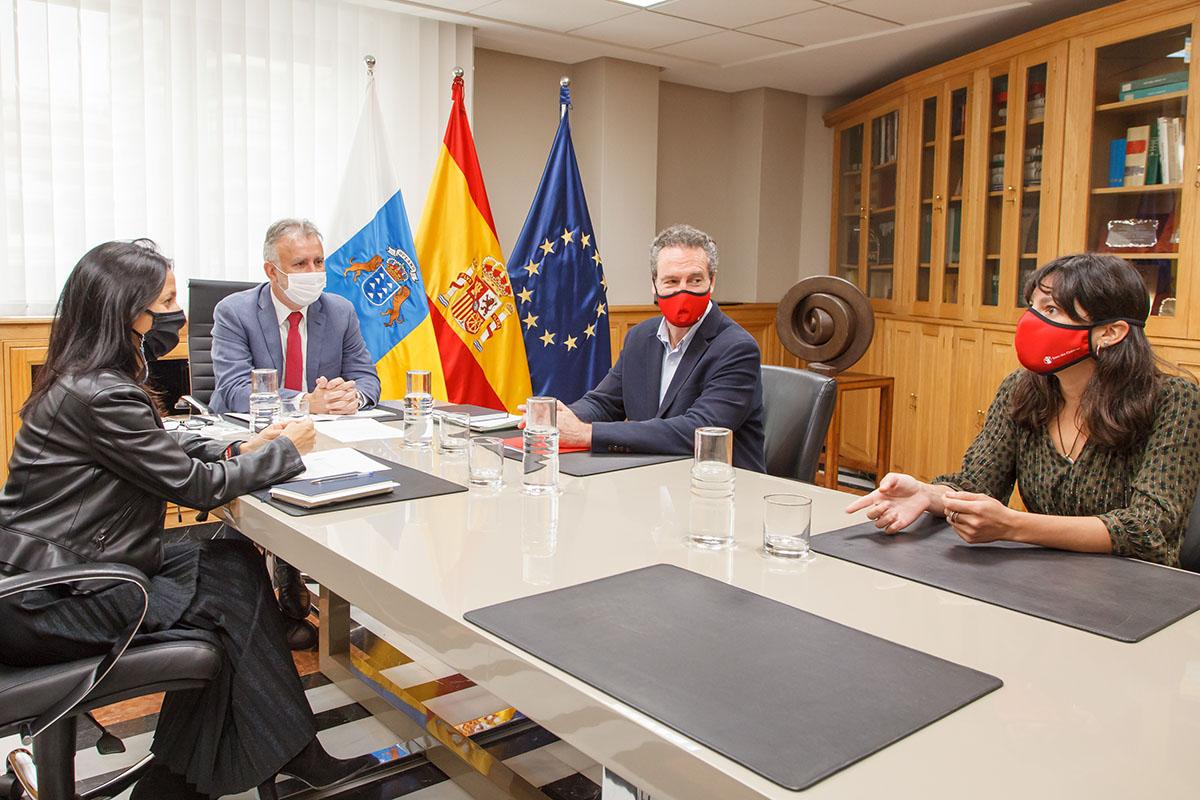 Ángel Víctor Torres reunido con Save the Children