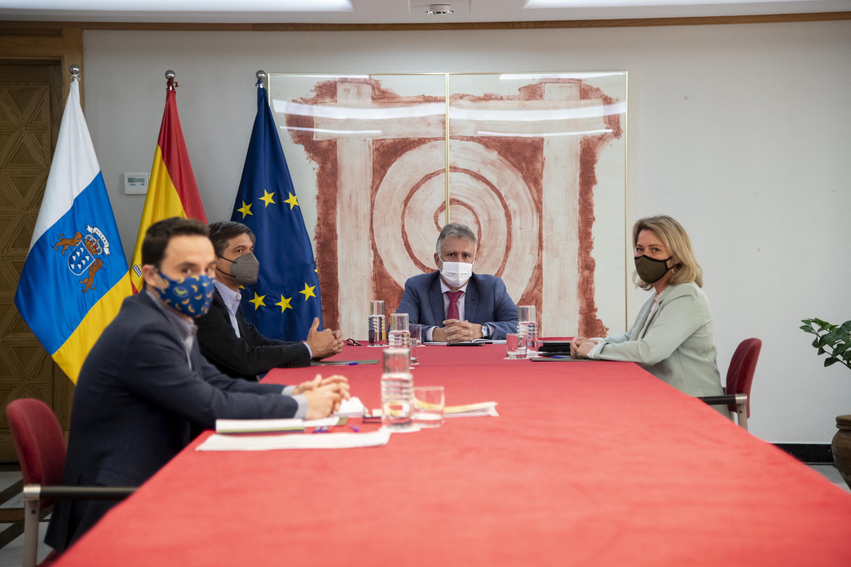 Ángel Víctor Torres y Alicia Vanoostende se reúnen con representantes de Asprocan