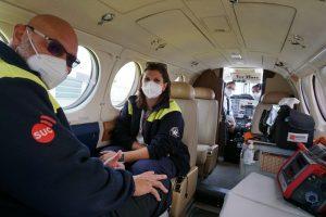 Profesionales sanitarios en el avión medicalizado del SUC.