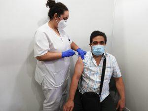 Paciente vacunándose en Infecar.
