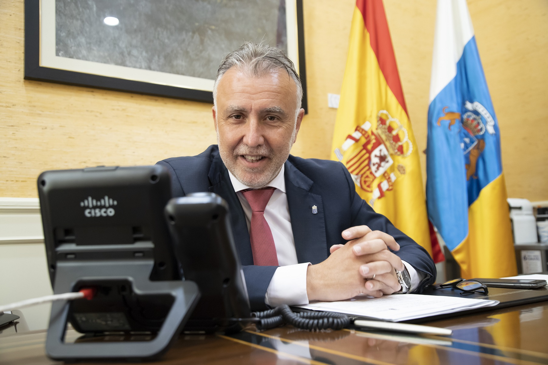 Ángel Víctor Torres comunica las distinciones a los galardonados