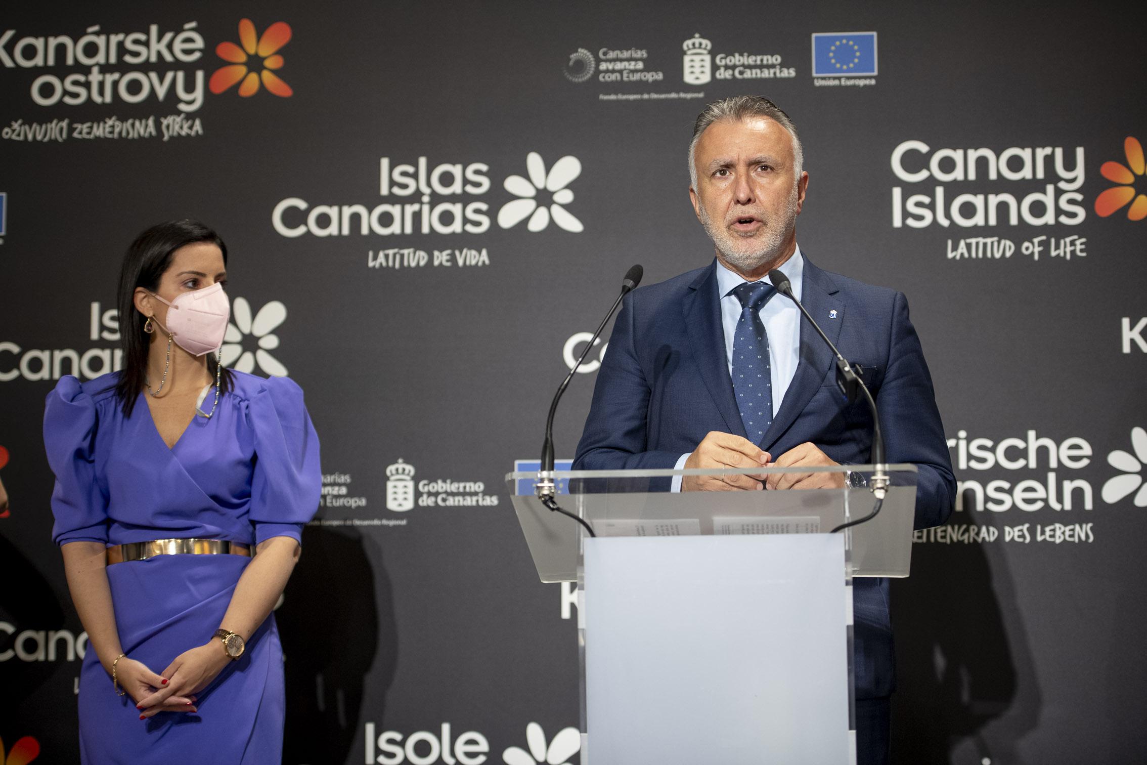 Ángel Víctor Torres y Yaiza Castilla en Fitur 2021