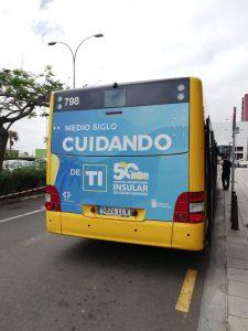 Guagua serigrafiada con el lema del 50 aniversario.