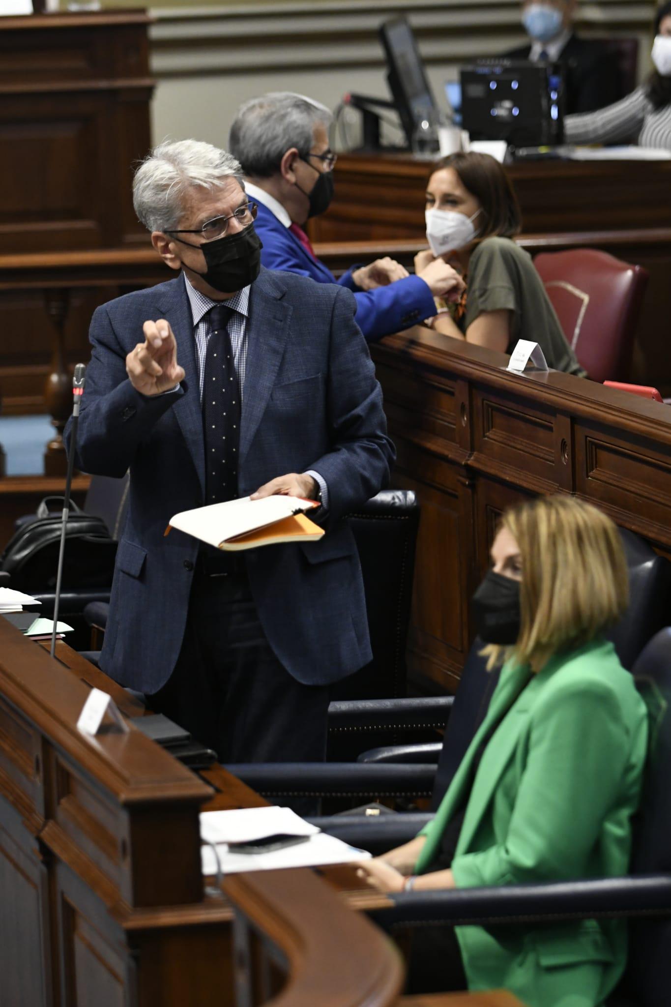 El consejero Julio Pérez, durante su respuesta parlamentaria