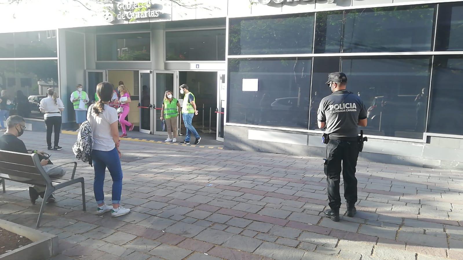 Personas opositoras que acuden al segundo ejercicio de C1 y C2 en Santa Cruz de Tenerife