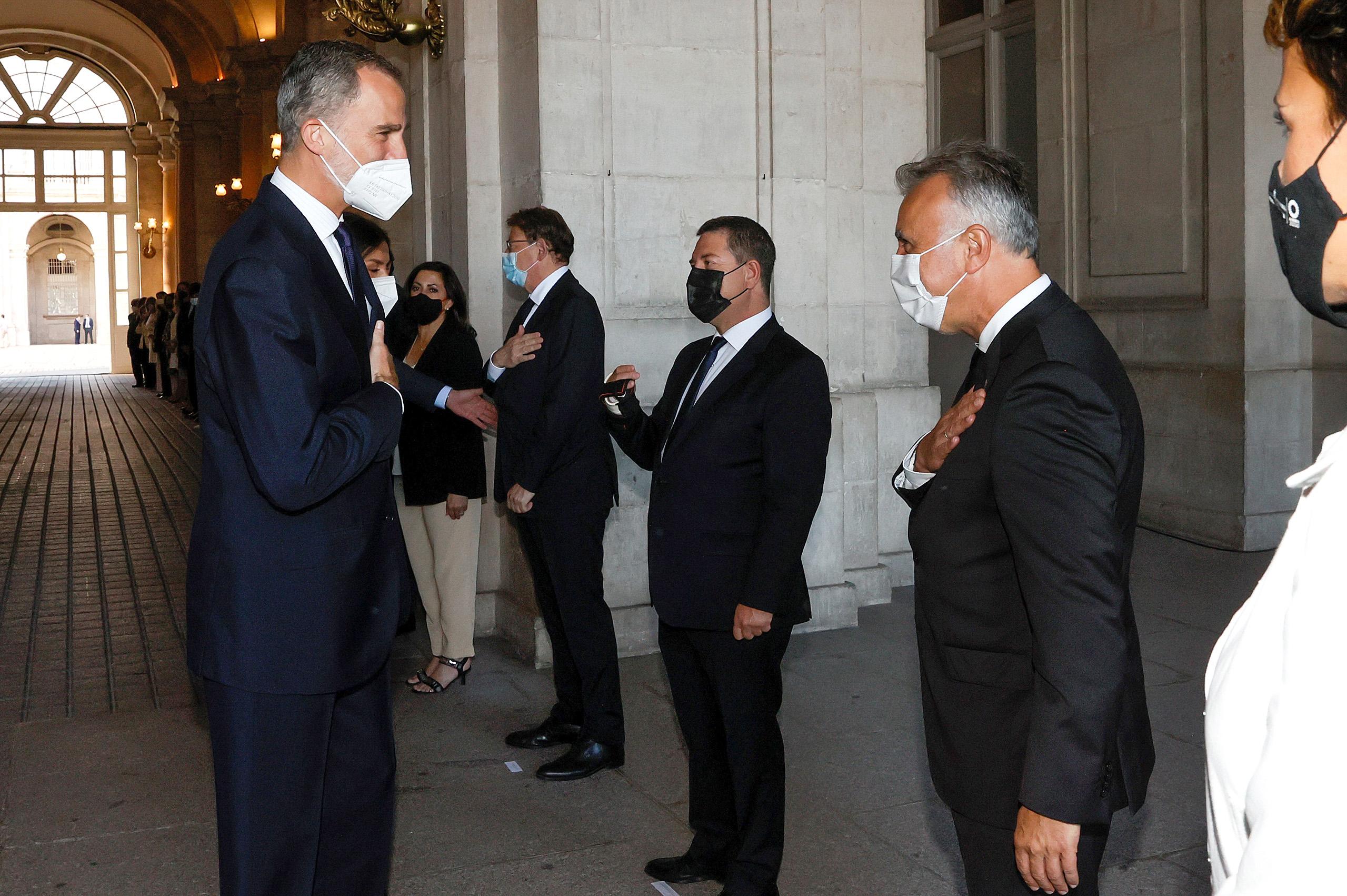 El rey Felipe VI saluda al presidente de Canarias, Ángel Víctor Torres, a su llegada al acto de homenaje de Estado a las víctimas de la pandemia de la covid-19 y de reconocimiento al personal sanitario.