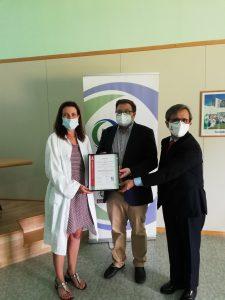 Entrega certificación a la Dra Marta Carrillo, responsable Unidad.