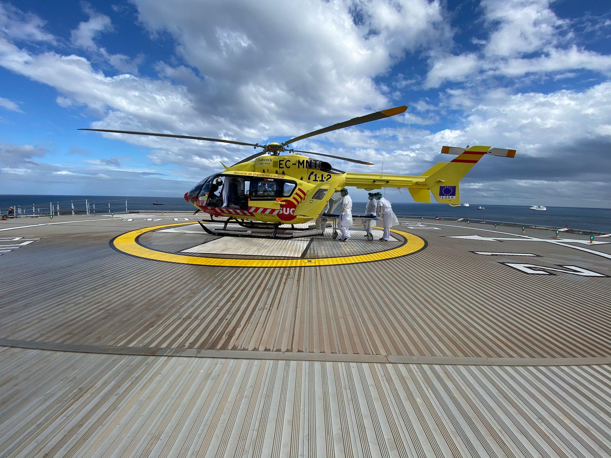 Traslado de paciente COVID en helicóptero medicalizado del SUC