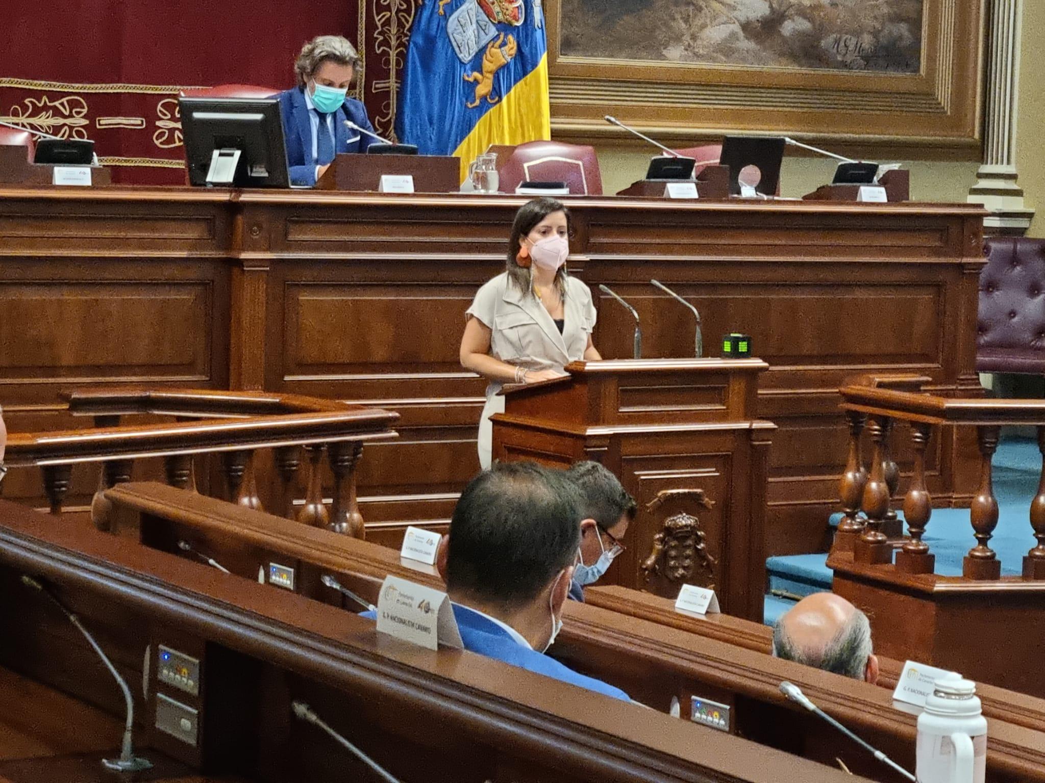 Yaiza Castilla en el Parlamento de Canarias.