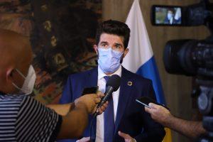 El director general David Padrón atiende a los medios de comunicación.